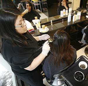 aplicarse productos una y otra vez deja el cabello como nunca nadie lo quiso sin embargo existe una alternativa que da color sin deteriorarlo - Lazartigue Emulsion Colorante