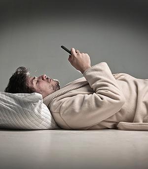 ¿Eres víctima del sleep-texting, el nuevo hábito de enviar mensajes dormidos?