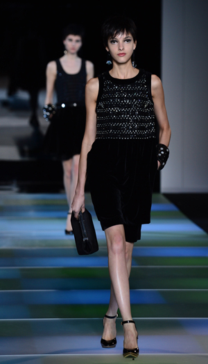 el pelo negro y con corte masculino y descuidado combina con la mirada oscura y profunda de las modelos de armani