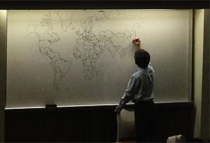 Niño con autismo dibuja un mapa del mundo de memoria y sin errores