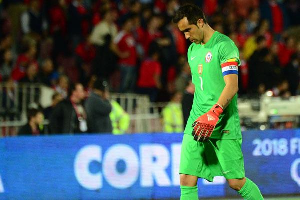 Claudio Bravo abandona la Copa América Centenario