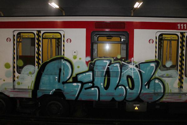 el pasado domingo un grupo de grafiteros oblig a varios pasajeros de la lnea a abandonar el vagn para segn testigos pintar los trenes como