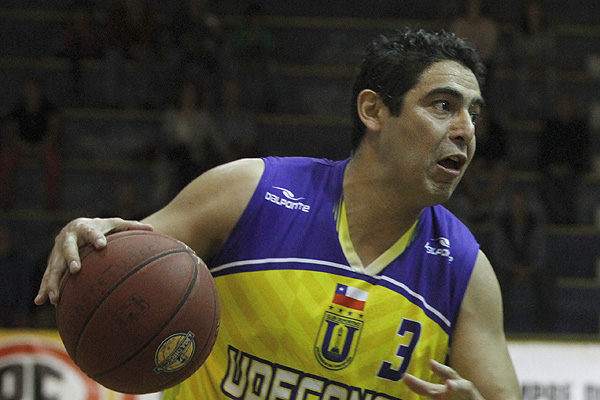 Jugador de la Universidad de Concepción fue despedido tras agredir a árbitro en la final del básquetbol chileno