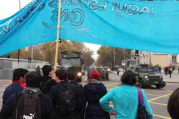 Carabineros evita que estudiantes marchen hasta el Mineduc y se desatan incidentes en la Alameda