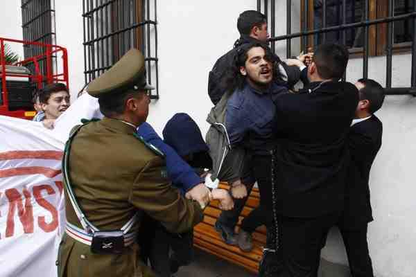 Once de los detenidos por irrumpir en La Moneda contaban con antecedentes