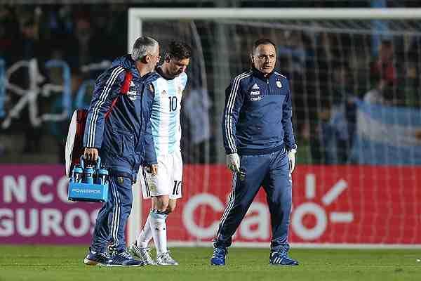 Messi sale lesionado en amistoso y pone la duda a diez días del duelo con Chile por Copa Centenario