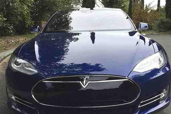 """Conductor de un Tesla Model S falleció en un accidente mientras """"conducía"""" en piloto automático"""