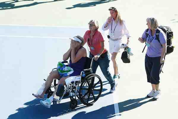 La espeluznante lesión de una tenista que la obligó a dejar la cancha en silla de ruedas
