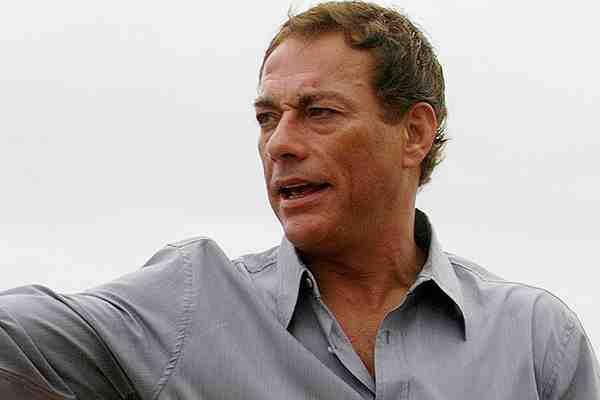 Un molesto Jean-Claude Van Damme abandona entrevista tras incómodo episodio