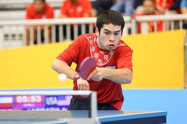 Matías Pino con su paleta en la mano izquierda, pasa la pelota hacia el otro lado en la competencia de tenis de mesa en los Paralímpicos de Río 2016