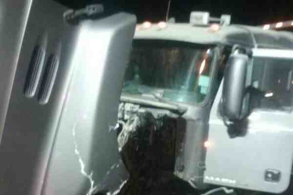 Choque entre camión y auto deja tres muertos en Calera de Tango