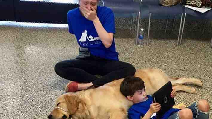 Madre de niño con autismo comparte conmovedor momento entre un perro y su hijo