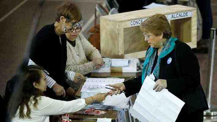 """Los """"chascarros"""" de la Presidenta al votar en las elecciones municipales"""