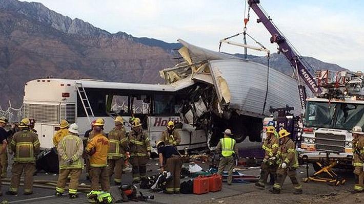 Al menos 11 muertos deja choque entre un bus de pasajeros y un camión en EE.UU