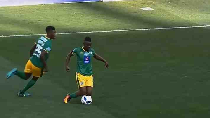 La insólita acción que da vuelta al mundo: Futbolista es amonestado por extravagante amague