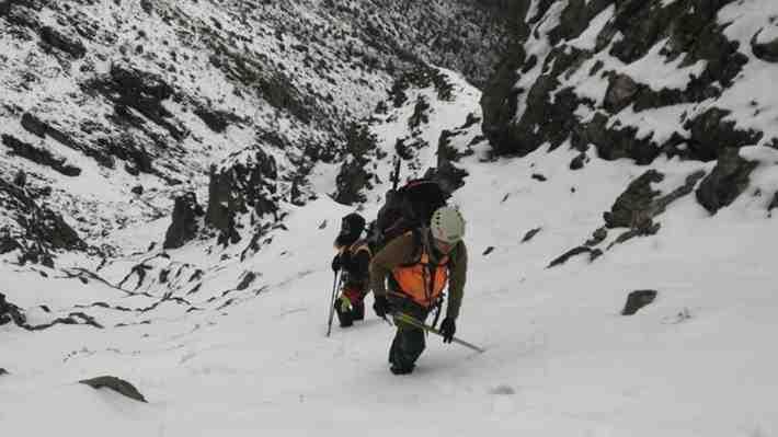 Efectivos del GOPE encuentran un cuerpo en el sector donde son buscados los jóvenes en el cerro Provincia