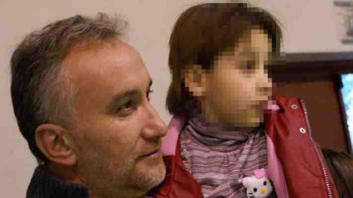 """Descubren que """"heroico padre"""" español de una niña enferma inventó historia para conseguir millonarias donaciones"""