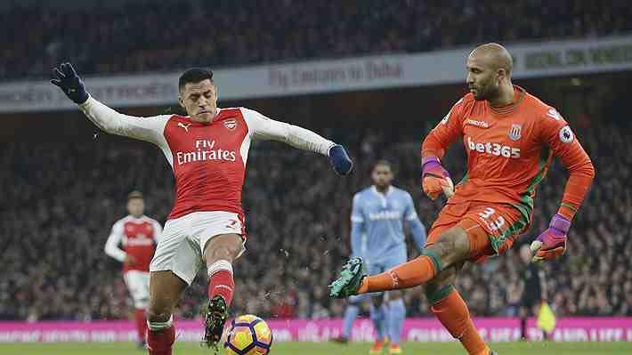 Sánchez se fue ovacionado en triunfo del Arsenal que alcanzó la cima de la Premier con notable racha