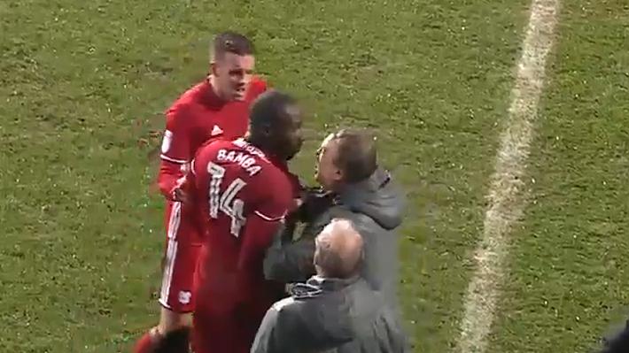 Jugador del Cardiff explotó tras tarjeta roja: Encaró a todos e incluso tuvo duro encontrón con su DT