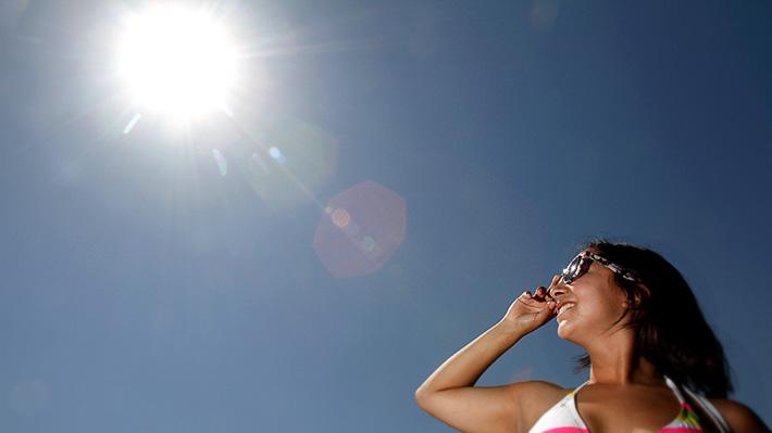 Contaminación ambiental en Chile podría triplicar efectos dañinos de radiación UV en la piel