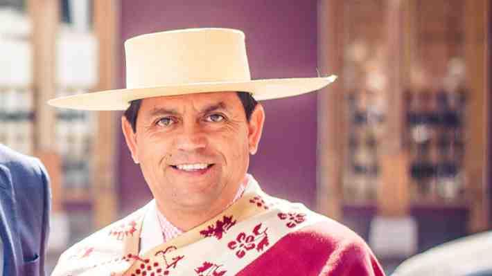 Mecánico y cercano a Chile Vamos: Quién es el alcalde de Santa Cruz que logró notoriedad al enfrentarse al Gobierno por los incendios