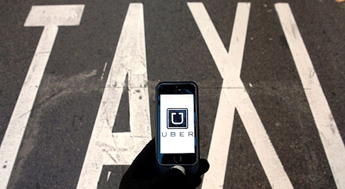 Disputa entre un taxista y usuario de Uber finaliza con un vehículo volcado en Vitacura