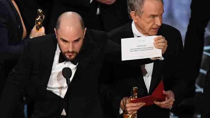 Inédito error en los Oscar al anunciar la mejor película...¿qué crees que sucedió?, ¿qué opinas?