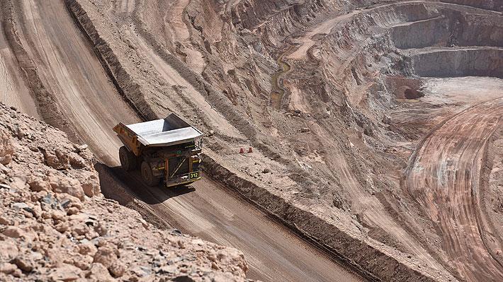 Chile cae 28 puestos en atractivo para inversión minera y es superado por Perú