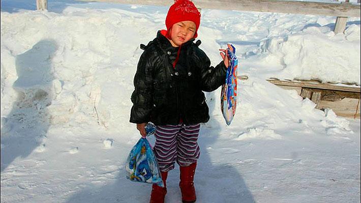 Valiente niña siberiana de 4 años caminó durante 6 horas sola por un bosque lleno de lobos