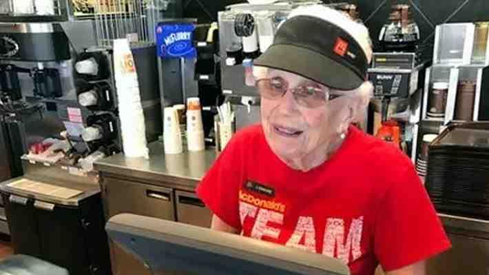 Anciana de 94 años celebra más de 4 décadas trabajando en famosa cadena de comida rápida