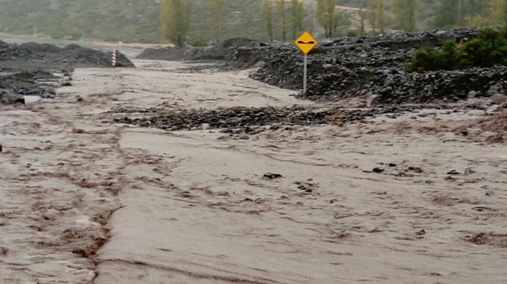 Fuertes lluvias en San José de Maipo generan deslizamientos de tierra y provocan cortes de rutas