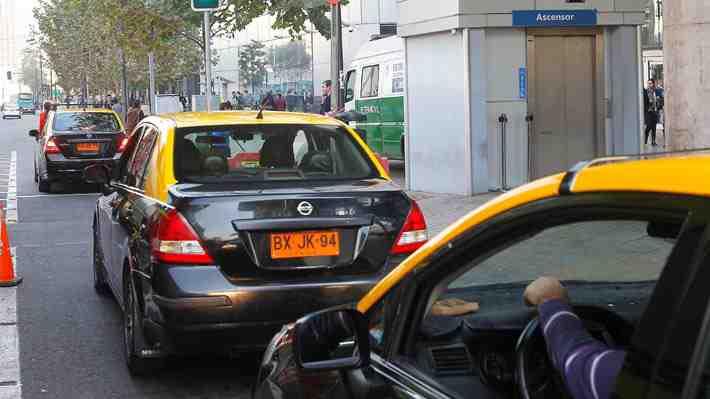 """Taxistas: Hay escasa fiscalización de """"informales"""" fuera del Costanera Center. ¿Cómo lo ves?"""