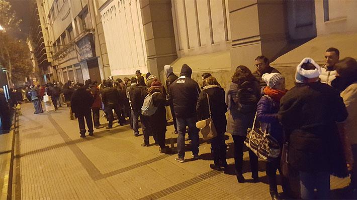 Unas 100 personas hacen fila afuera del Colegio Salesianos Alameda por un cupo de admisión