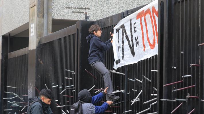 Estudiantes se volvieron a tomar esta mañana el Instituto Nacional
