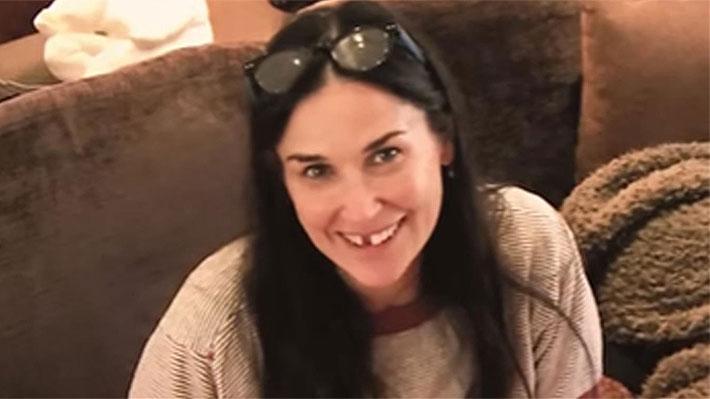 Demi Moore sorprende al explicar que perdió sus dos dientes frontales debido a estrés