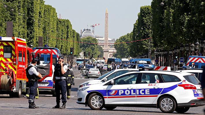 Hombre que iba armado embistió su vehículo contra un furgón policial en París