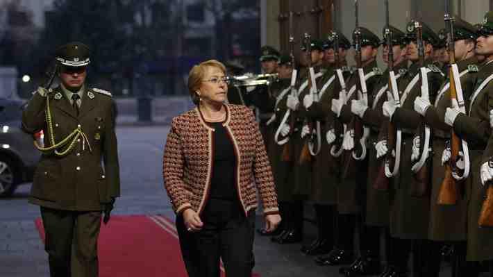 """Bachelet a Piñera: """"Ha criticado todos los días este gobierno, lo que no era una práctica chilena""""..."""