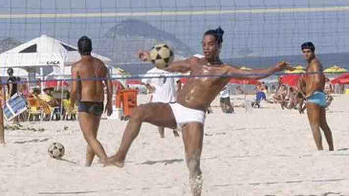 Talento intacto: Mira las espectaculares acrobacias de Ronaldinho jugando futvoley en una playa