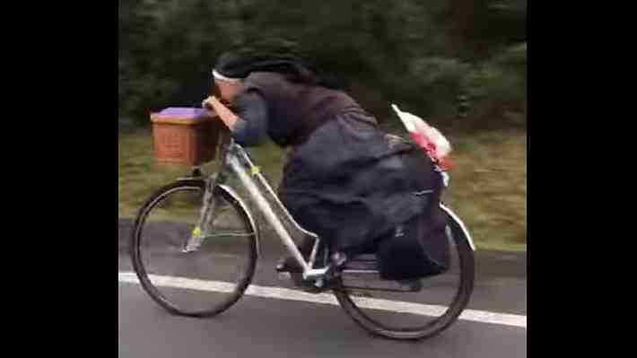 Video: Monja que viaja a toda velocidad sobre una bicicleta es furor en las redes sociales