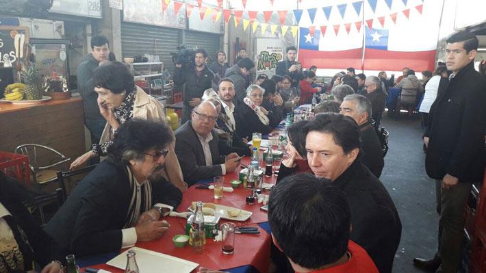 """Daniel Morón, """"Guatón"""" Salinas y el """"Compadre Moncho"""" entre los acompañantes de Guillier en almuerzo previo a inscripción"""