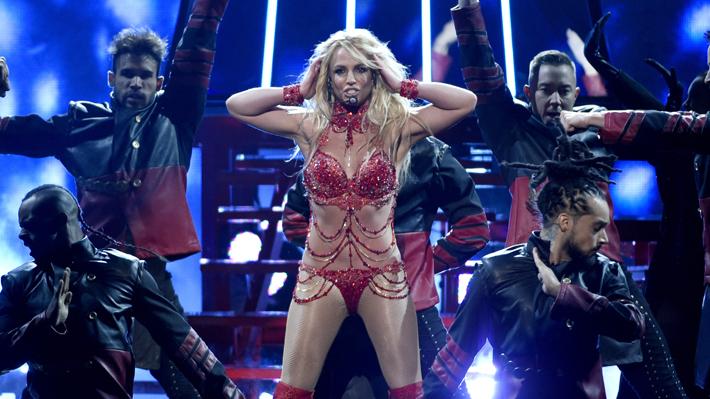 Fanático interrumpe concierto de Britney Spears en Las Vegas y es reducido en el escenario