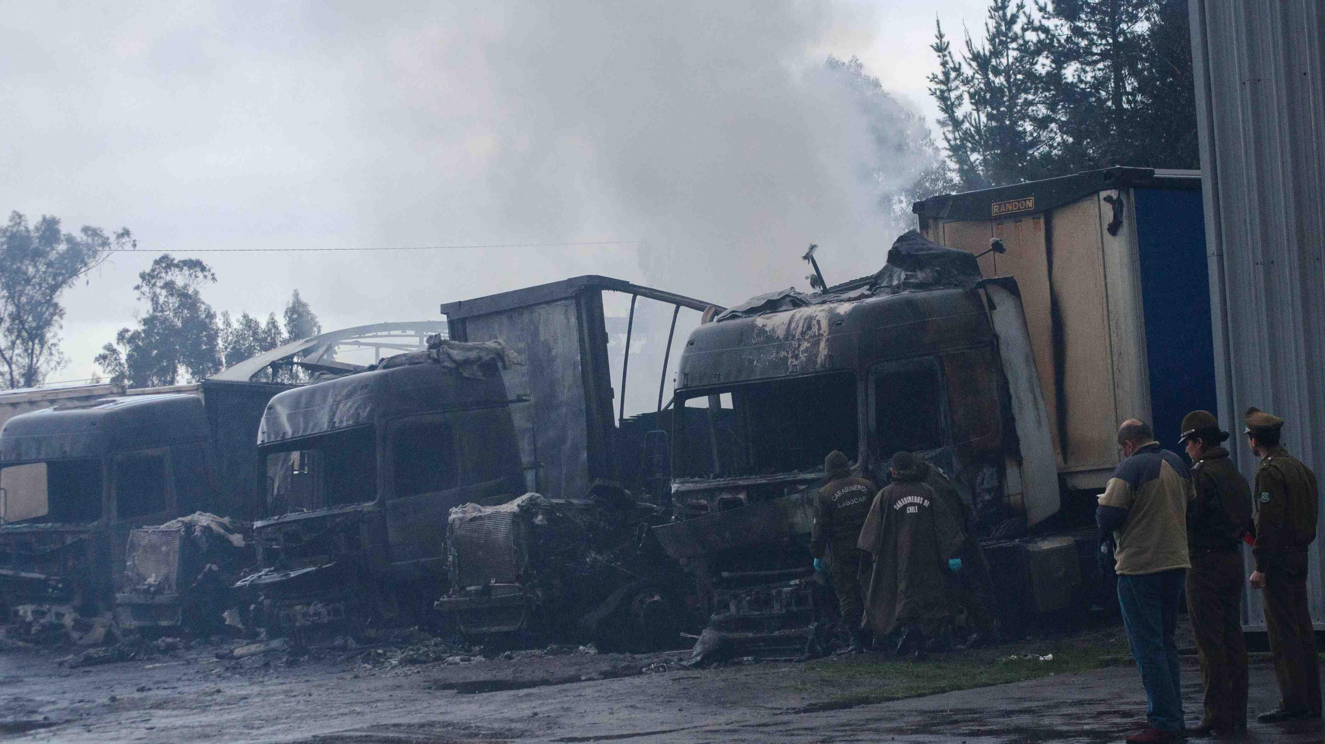 Ataque incendiario deja 18 camiones quemados en La Araucanía. ¿Delito común o terrorismo?