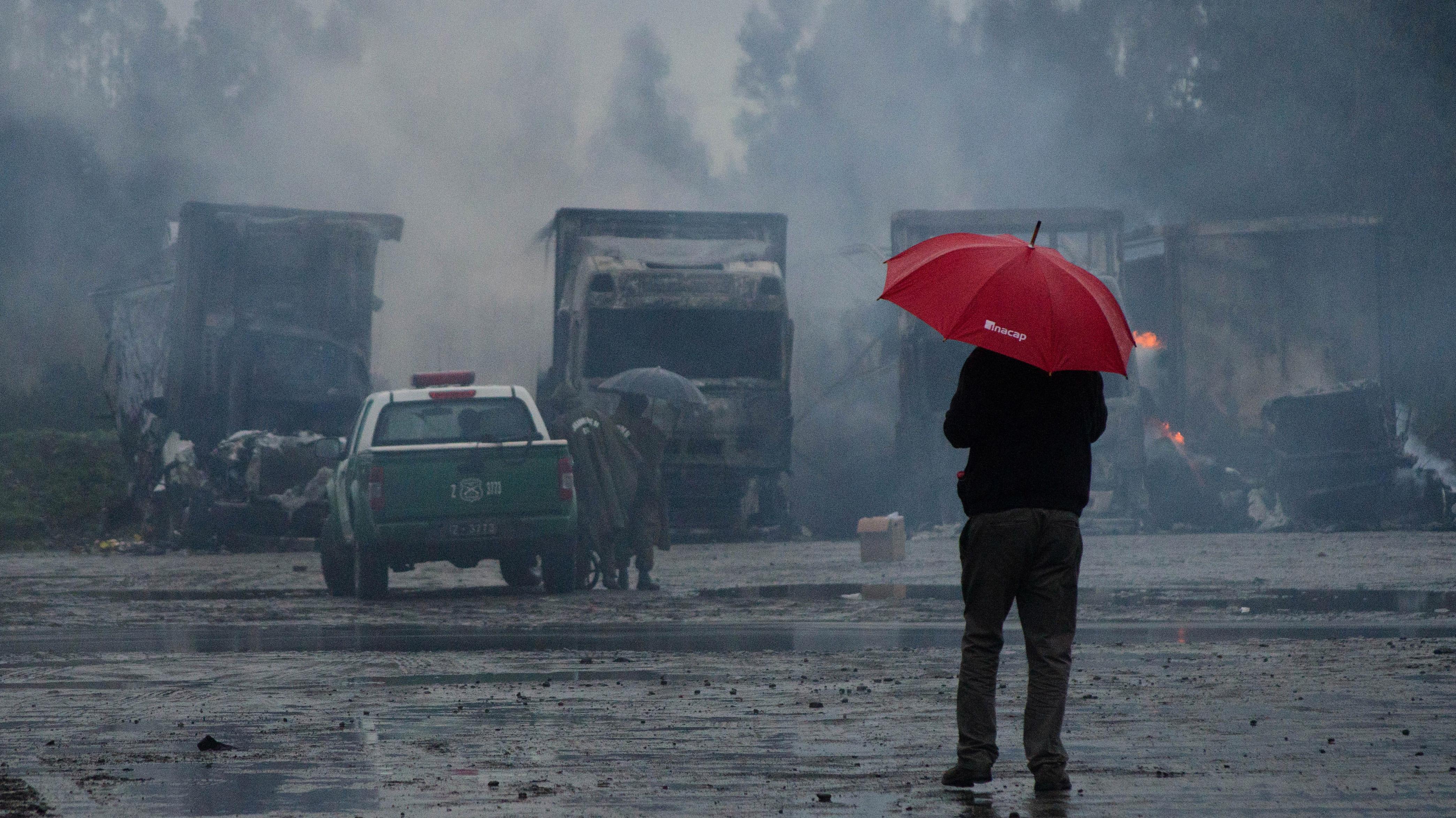 """Camioneros solicitan reunión con """"extrema urgencia"""" al Gobierno tras quema de 18 máquinas en La Araucanía"""