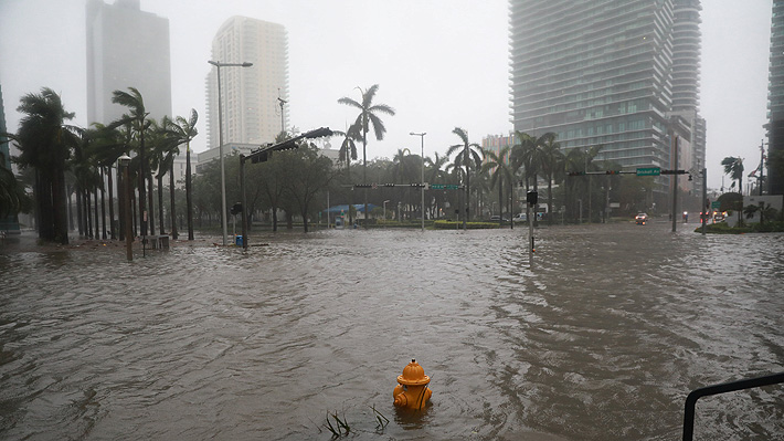 Un debilitado huracán Irma continúa avanzando por Florida tras dejar graves daños