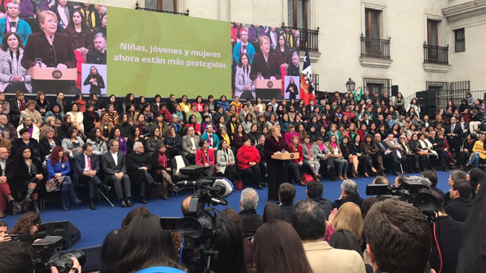 Bachelet promulga ley de aborto en tres causales en uno de los actos más masivos en La Moneda