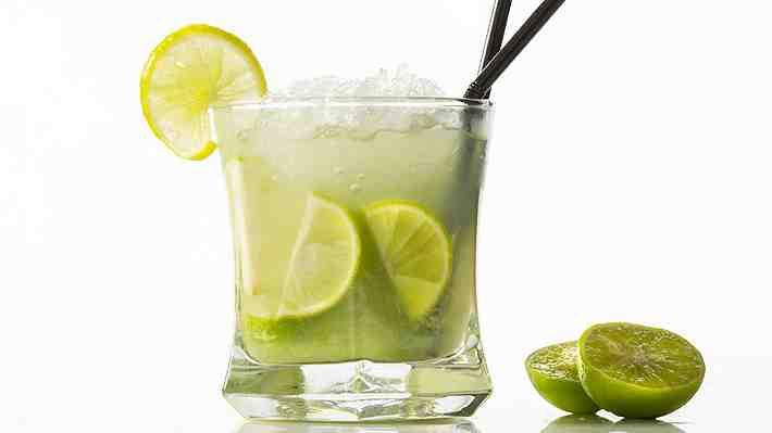¿Te gusta agregarle una rodaja de limón a tu bebida? Conoce por qué es mejor que dejes de hacerlo