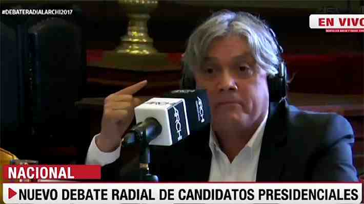 Video: Navarro va más allá de las palabras y lanza monedas a Piñera como crítica por préstamo de BancoEstado