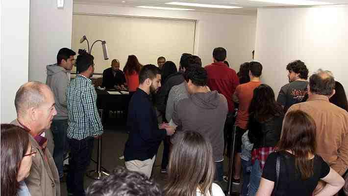 """Chilenos en el exterior valoran poder votar: """"Es un avance en la democracia"""". ¿Qué opinas?"""
