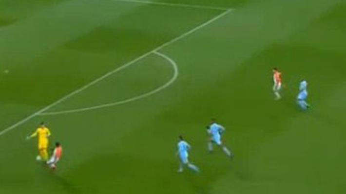 En el segundo comete un grave error: Mira los goles que le anotaron al portero que le quitó el puesto a Bravo en el City