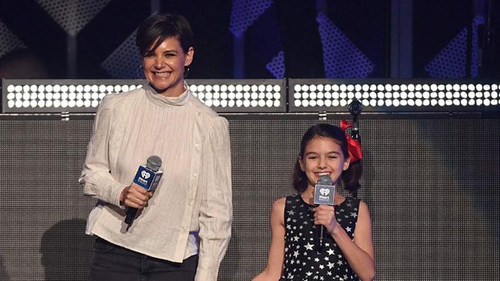 Hija de Katie Holmes y Tom Cruise hizo su debut como presentadora en Nueva York
